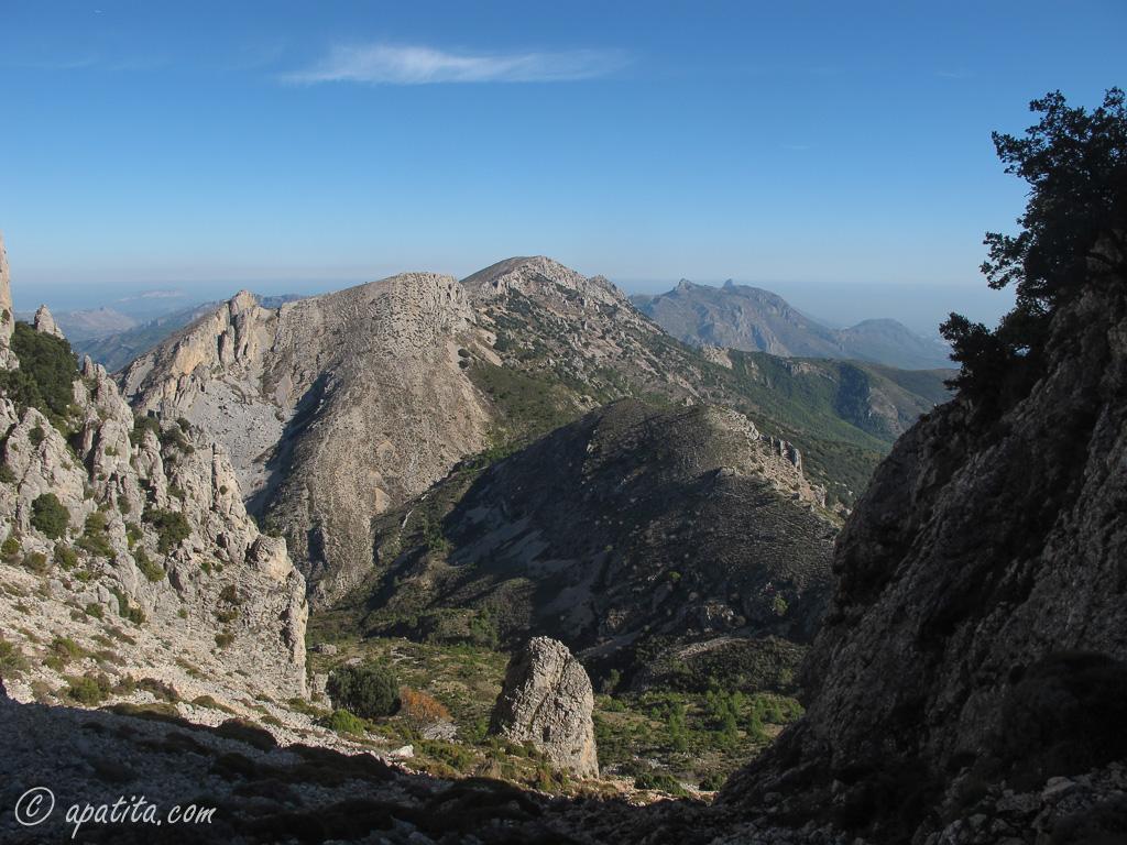 Vista de la Mallada del Llop. Al fondo, la Xortà y Bernia