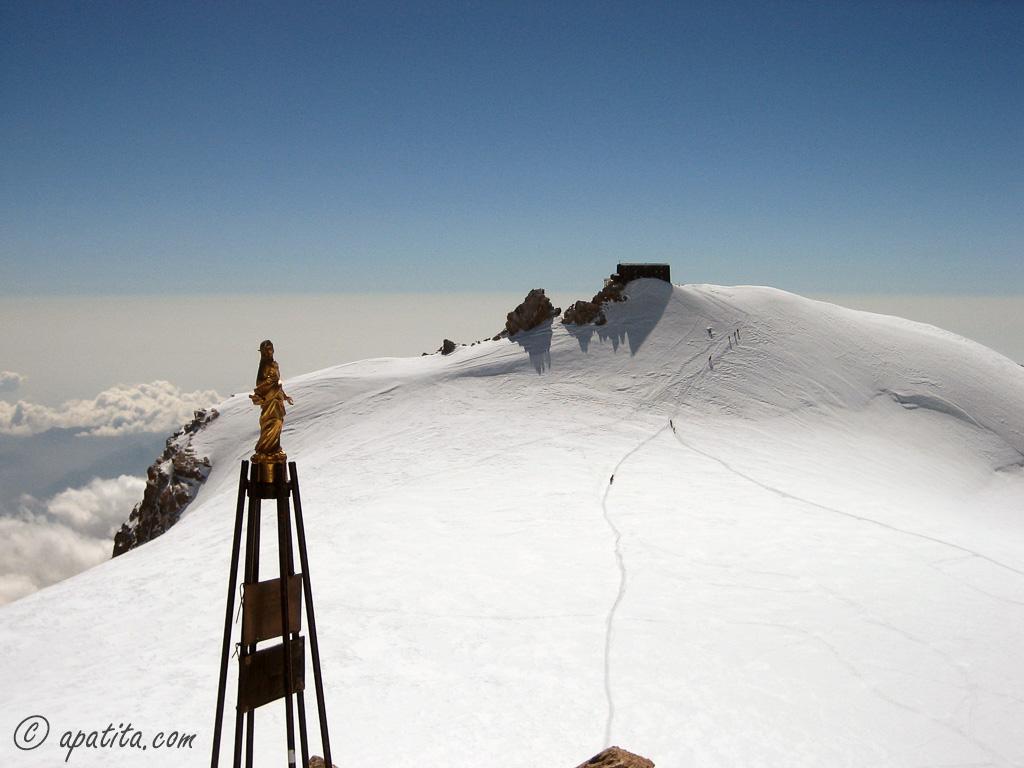 Vista de la cabaña Margherita desde la Zumsteinspitze