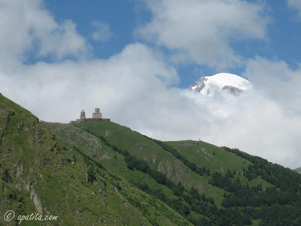 Vista de la iglesia de la Trinidad y del Kazbek desde Stepantsminda