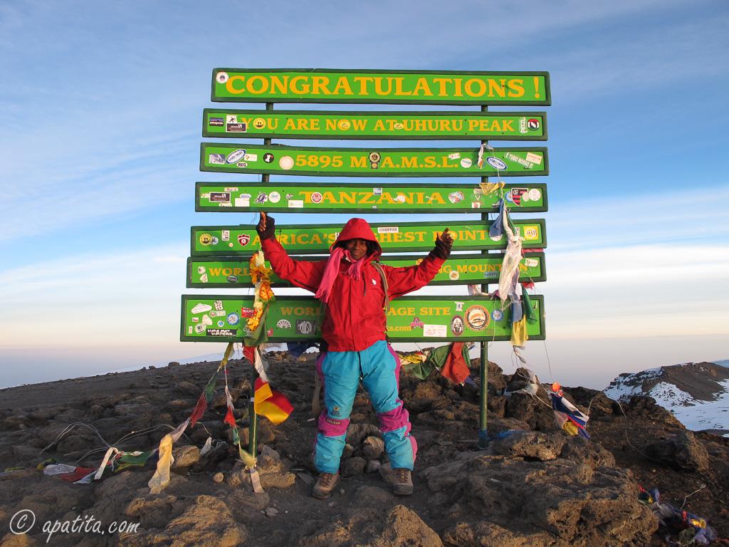 Mi guía Charles Thadei en la cima del pico Uhuru