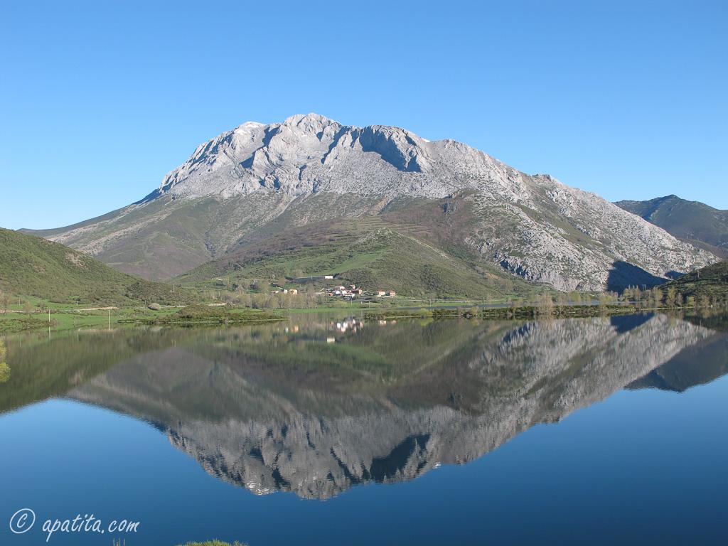 Vista de Espigüete desde el embalse de Camporredondo.